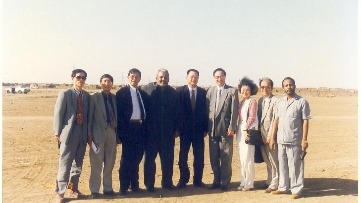 1998年合作双方领导在动工前的工厂土地上合影-001.jpg