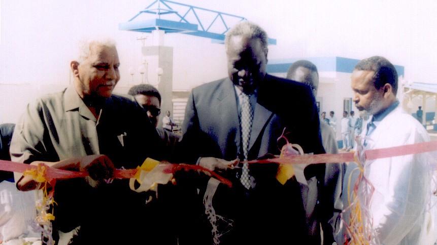 2003年2月苏丹副总统和卫生部长为合资药厂二期项目开工典礼剪彩-001.JPG