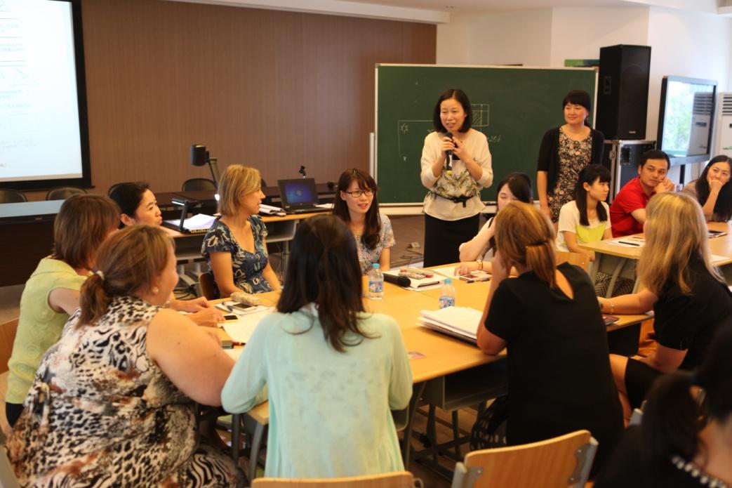 英国来访教师在福山外国语小学与上海教师交流.jpg