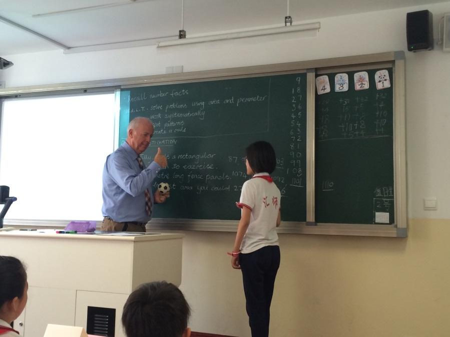 英国来访教师在汇师小学为上海学生授课.jpg