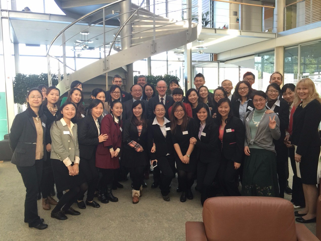 首批赴英上海教师与英国教育部副部长Nick Gibb、驻英大使馆教育公参沈阳等合影.jpg