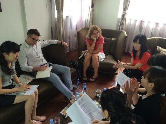 英国教师参加课后教研活动讨论.jpg