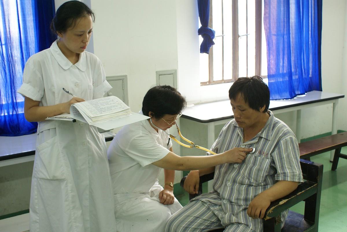 为病人检查身体.jpg