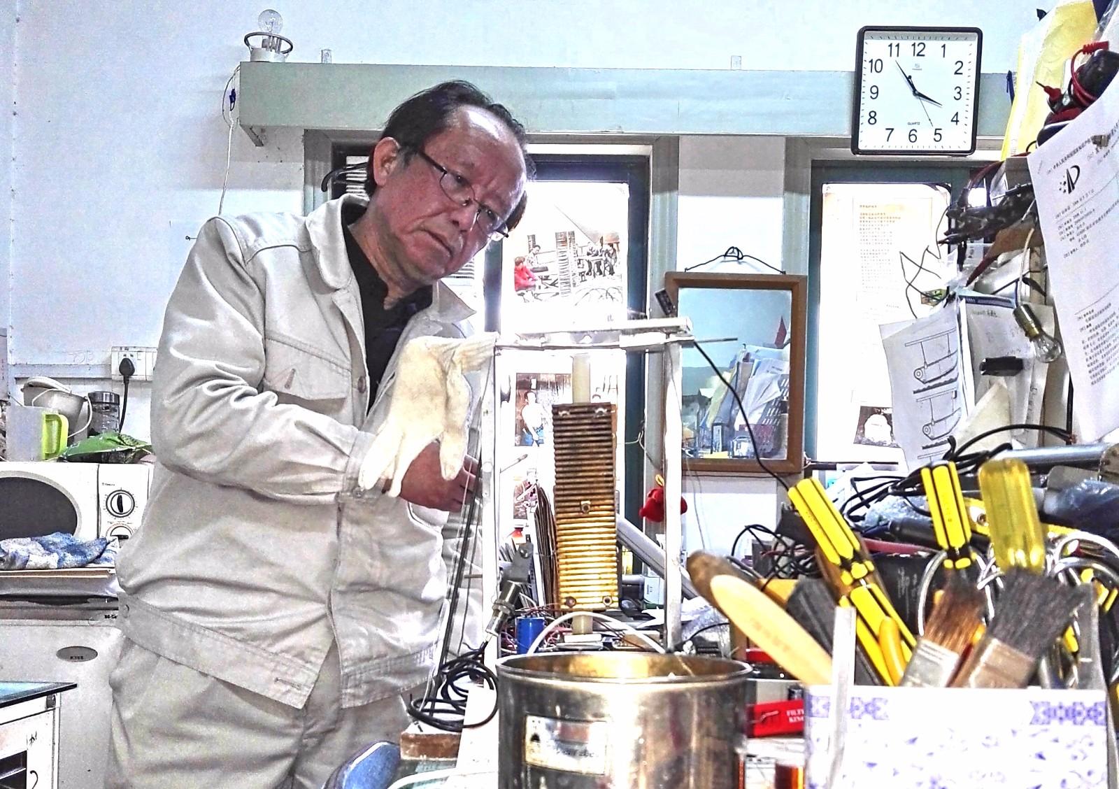 3  图为孔利明在宝钢马迹山港做矿筛设计电磁摇摆机实验。20160301_154956.jpg