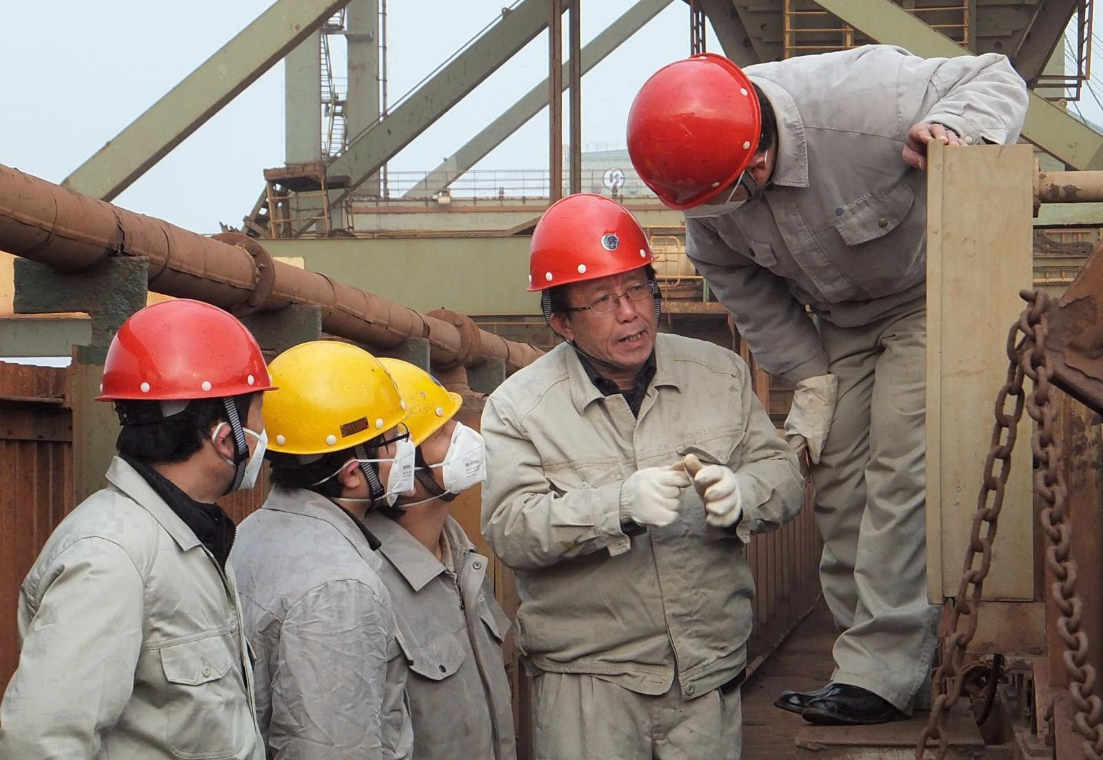 5  2012年孔利明(右二)在宝钢马迹山港针对A101带式输送机作新技术投入的调研工作.jpg