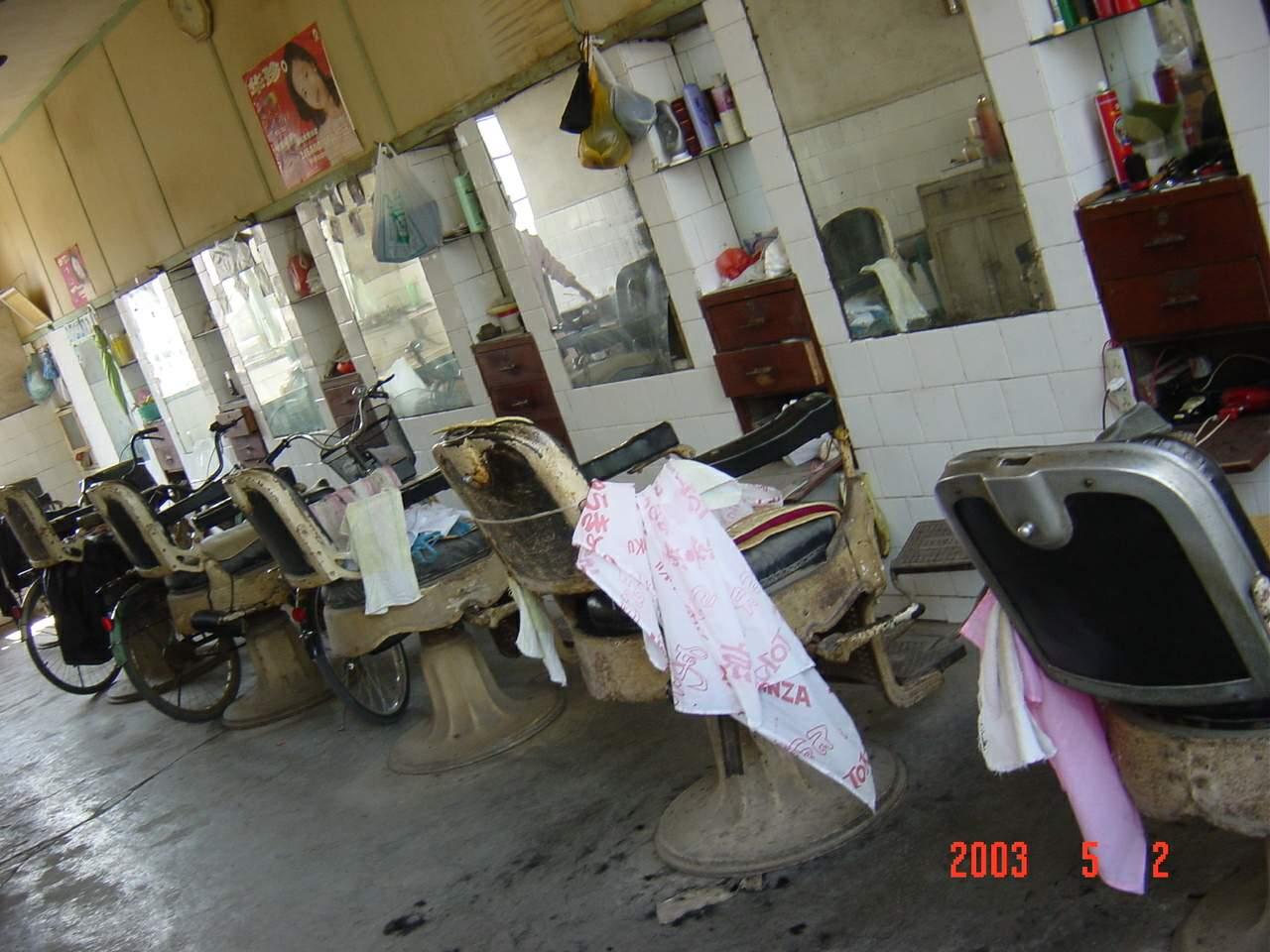 发《上海纪实》西大街照片5(香花桥堍的理发店,老式的理发凳子在2003年还用着)龚静 摄.JPG