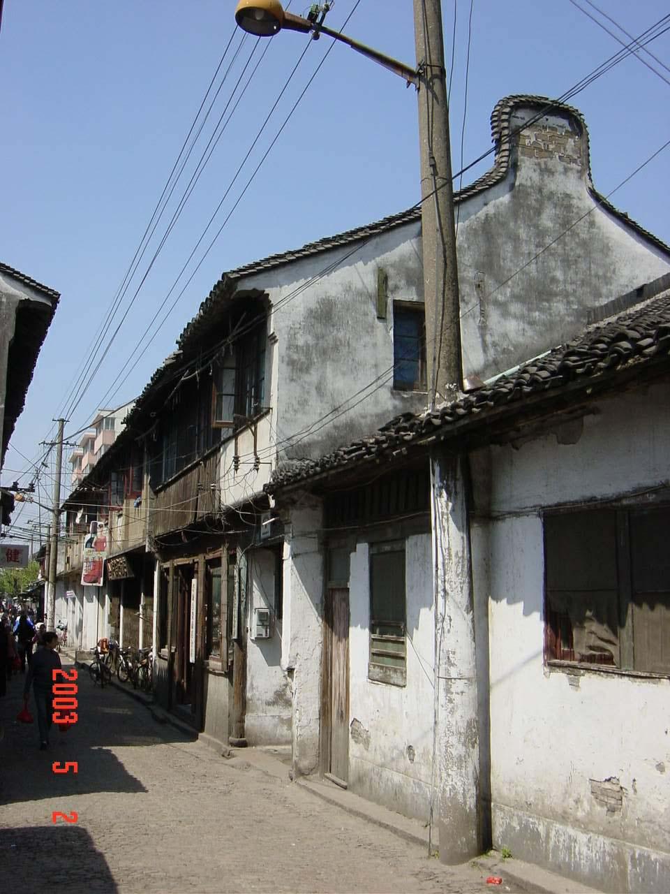发《上海纪实》西大街照片2(虽然是2003年拍的照片,街和房子依旧,但是真的很破旧了)龚静 摄.jpg