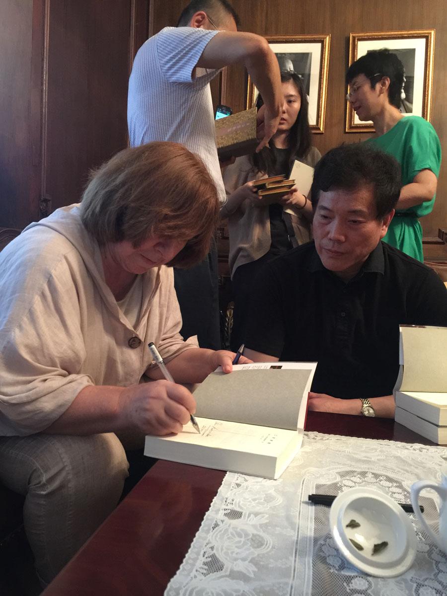 阿在自己的著作上为赵丽宏签名.JPG