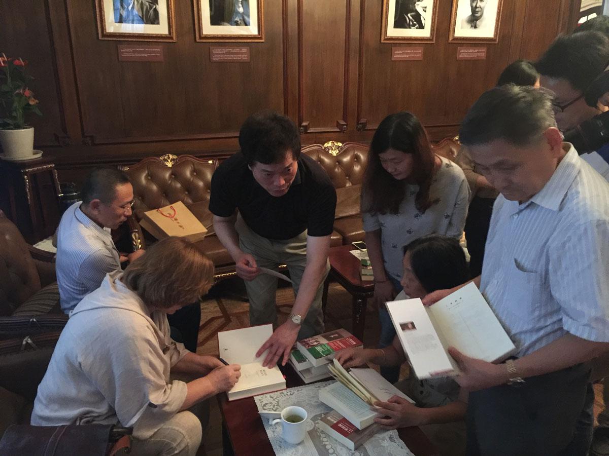 作家纷纷拿出书请求签名.JPG