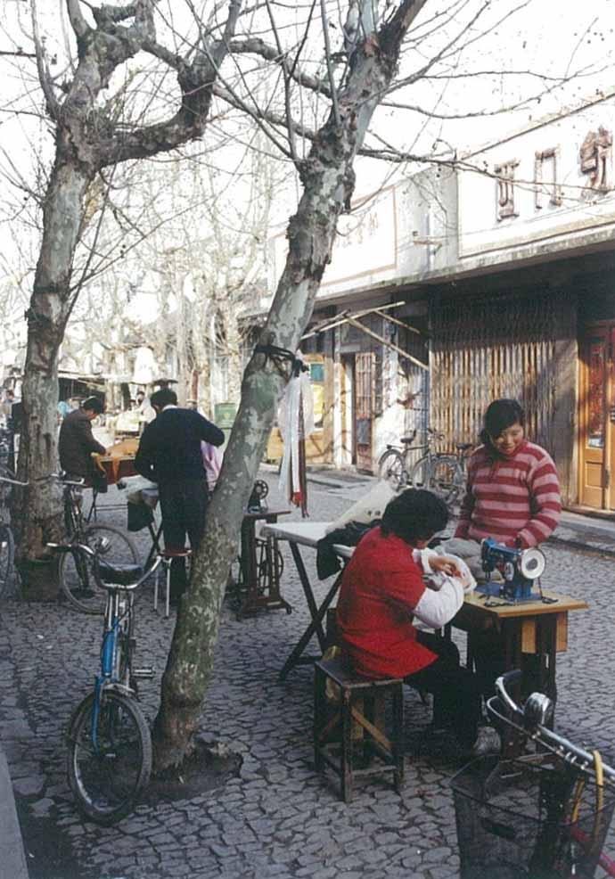 """发《上海纪实》""""西门,西门""""二(照片1)(1998年早春的这个场景,店铺关了,店名倒还在,梧桐树也还在……龚静 摄).jpg"""