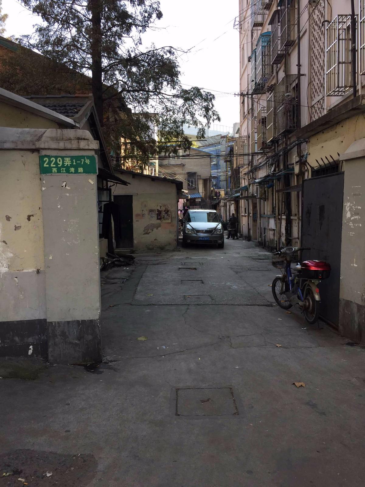 西江湾路229弄属部队房产,所以,至今未拆迁。走进去,依旧可见三十年前的旧貌。(配于《229弄》一章中).JPG