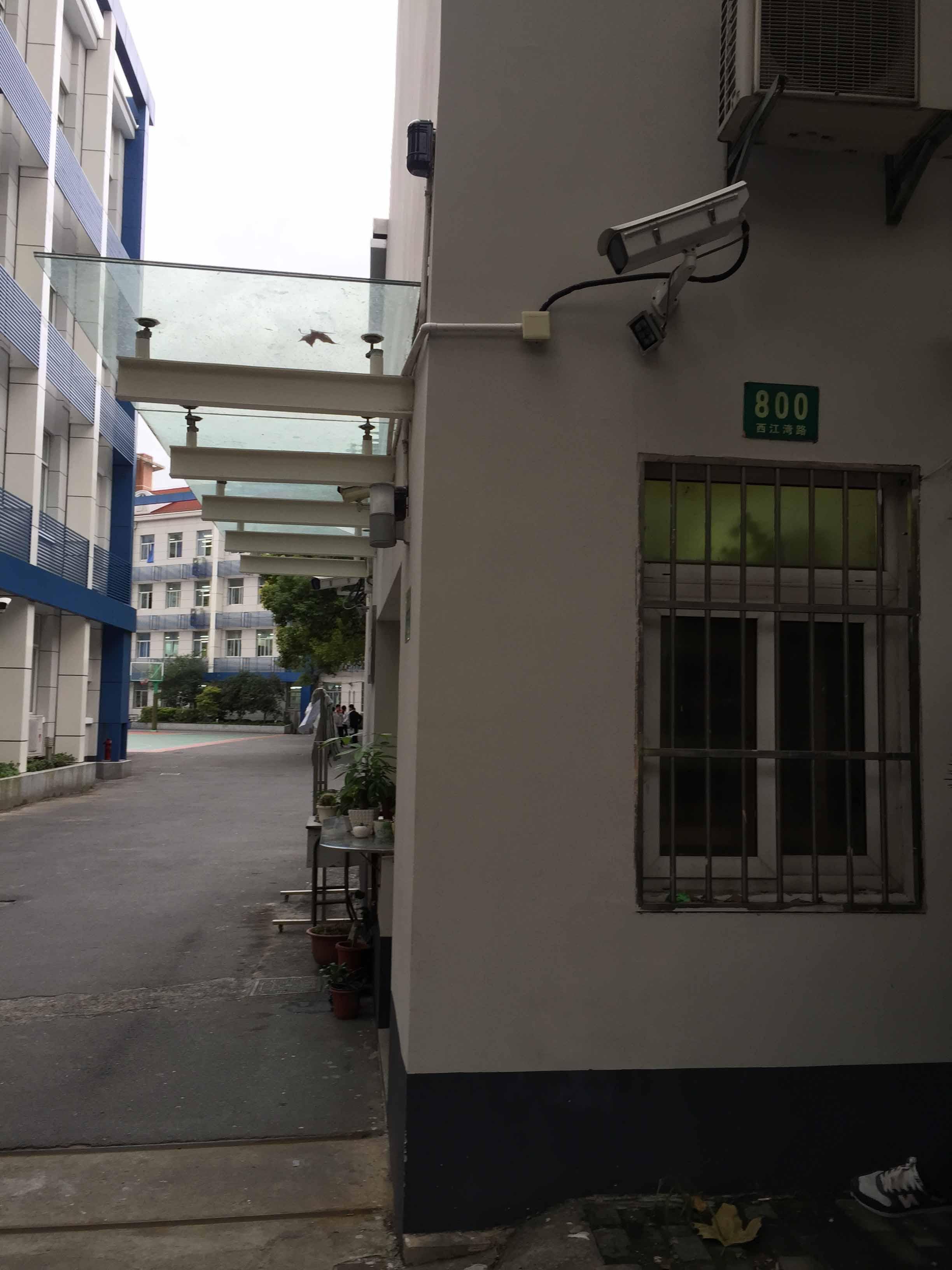 西江湾路800号,是当年钟山中学的旧址。现为上海外国语大学第一实验学校,教学大楼的主楼未变,副楼系后来所建。(配于《西江湾路上的人流》一章中).JPG