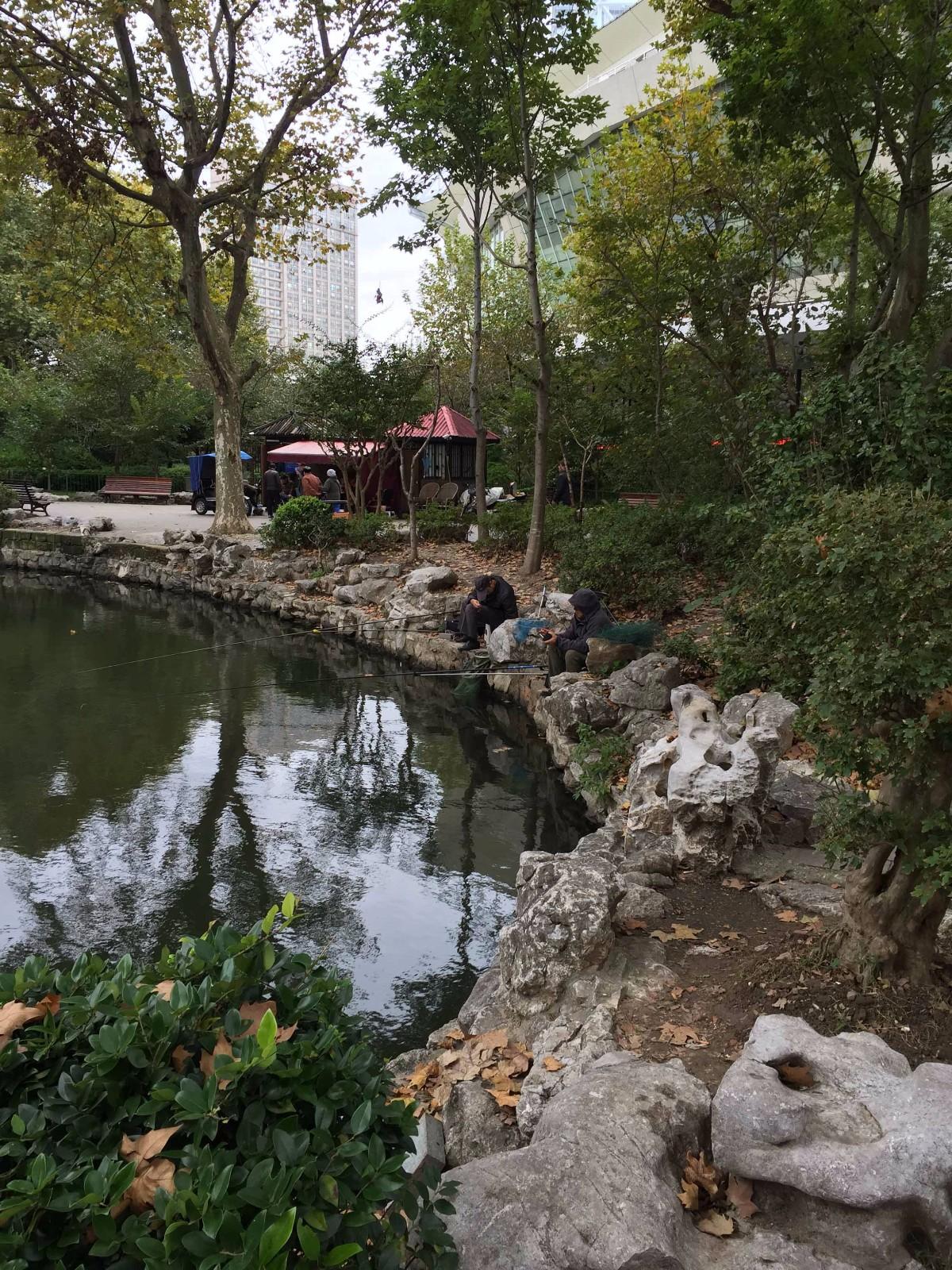 虹口公园即现在的鲁迅公园,现在河边依旧有人垂钓。三十多年前,我曾在这里钓过虾。(配于《虹口公园》一章中).JPG