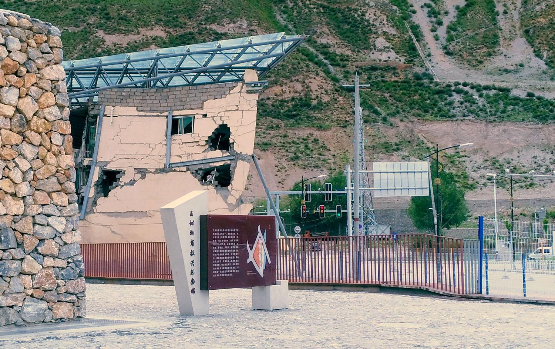 2、从车窗里拍摄的玉树地震纪念馆.jpg