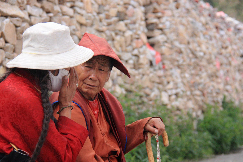 3、玛尼石墙边休息的藏人.jpg
