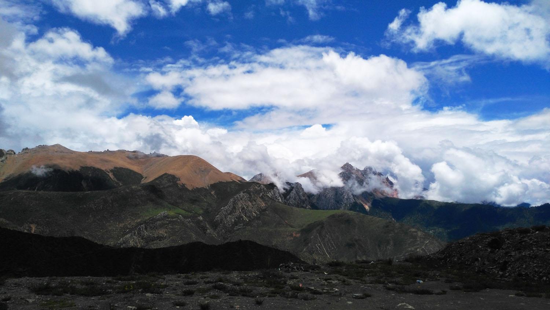 5、即便是光秃秃的山头,亦有美轮美奂的天空为衬.jpg