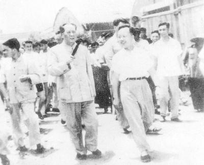 1957年7月8日上午1l时,毛泽东主席在上海市委第一书记柯庆施的陪同下来到上海机床厂视察.jpg