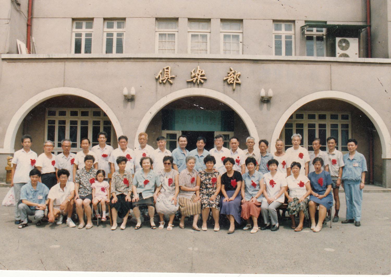 父亲(后排右三)和退休工人在厂俱乐部前合影.jpg