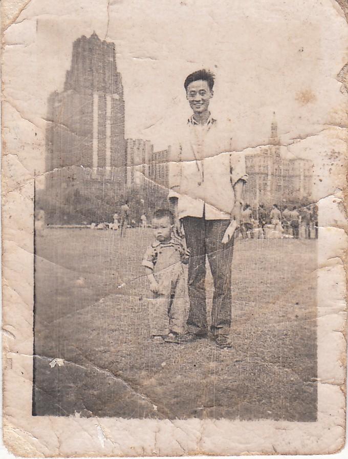 一周岁时父亲领着我在人民公园草坪上.jpg