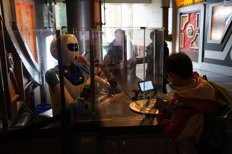 小学生在科技馆参观机器人.JPG