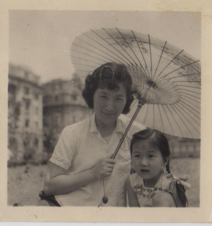 1962年盛姗姗和母亲合影.JPG