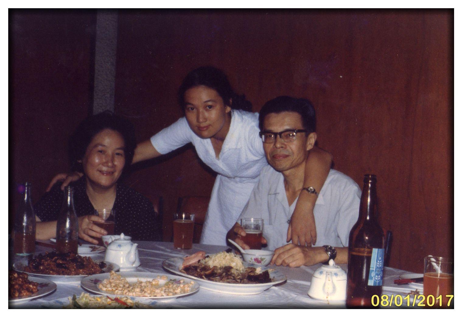1981年盛姗姗和父母在一起.JPG