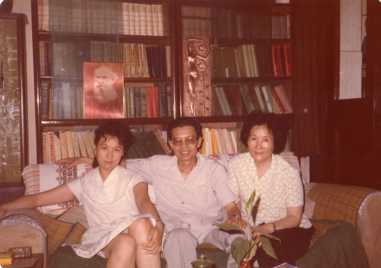 1985年在草婴书房和父母合影.JPG