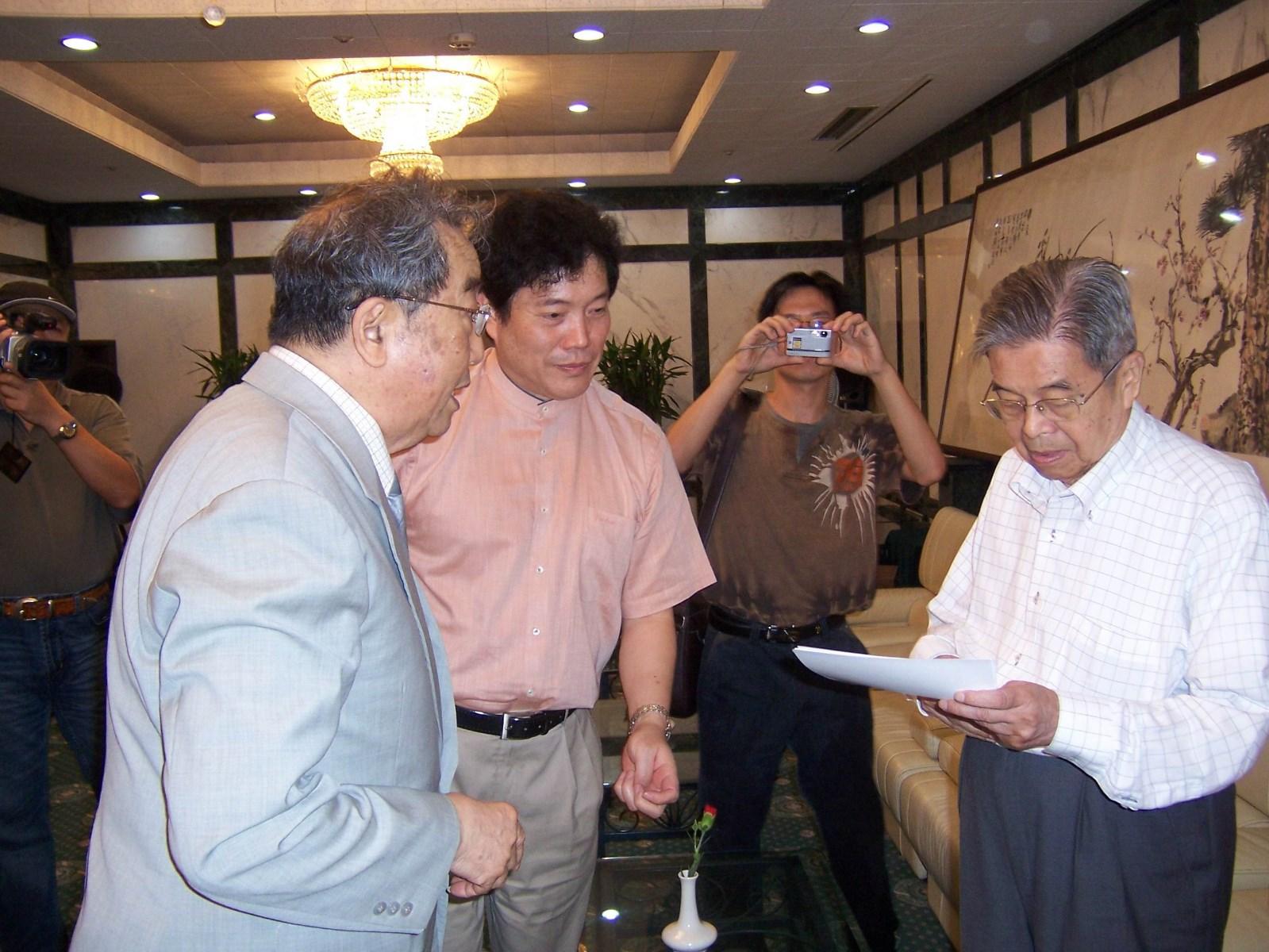 2007年夏草婴和高莽、赵丽宏相聚于上海图书馆.jpg