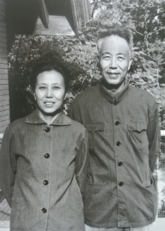 """""""文化大革命""""中,万里受到严重冲击。1969年6月,经中央批准万里恢复工作。图为1970年万里与夫人边涛在北京后沟2号居住处合影。.jpg"""