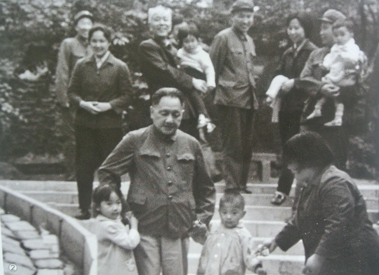 20世纪80年代,邓小平、万里与儿孙们游览北海公园。.jpg
