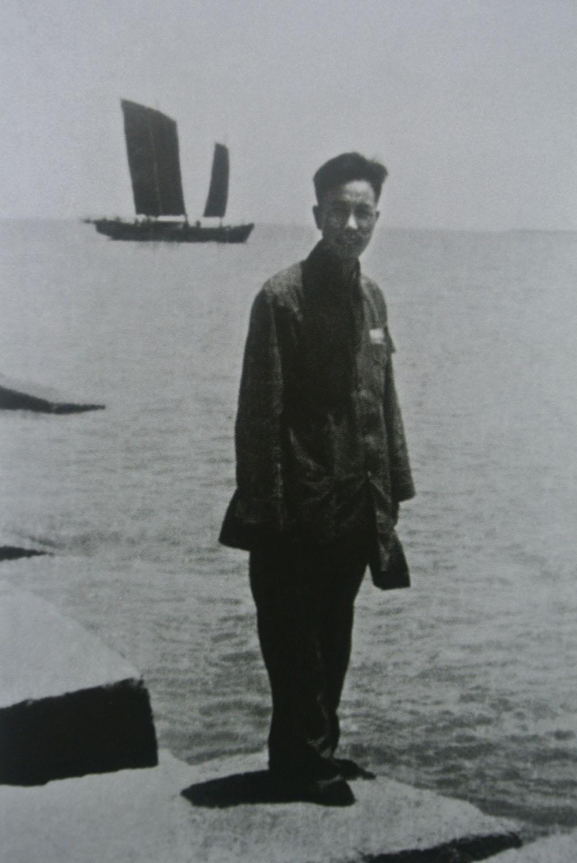 1949年解放南京后,时任南京市浦口区军代表的万里在长江岸边留影。.jpg