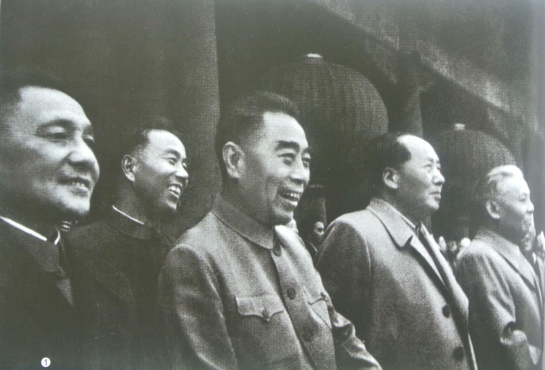 1962年10月1日,首都各界庆祝中华人民共和国成立13周年,中共北京市委书记处书记、北京市副市长的万里(左二)陪同毛泽东、刘少奇、周恩来、邓小平天安门城楼上。.jpg