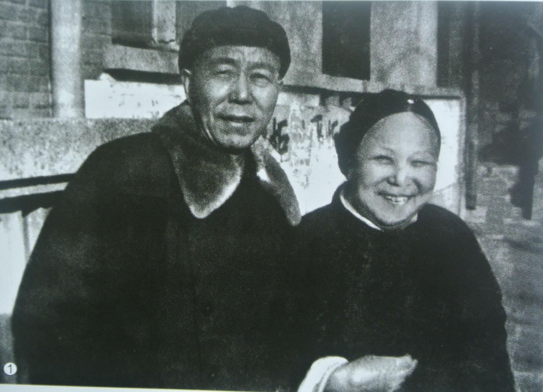"""1969年刚获""""解放""""的万里和母亲在北京永定门外丁家坑居住处合影。.jpg"""
