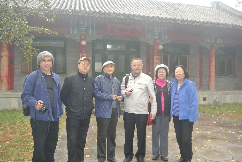 右起:万里女儿、叶永烈夫妇万里长子、次子、女婿在中南海含和堂.JPG