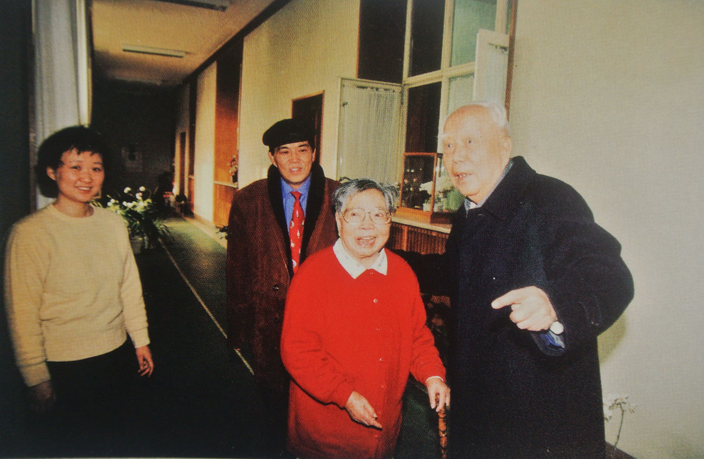 1999年春节万里拜望邓小平夫人卓琳.jpg
