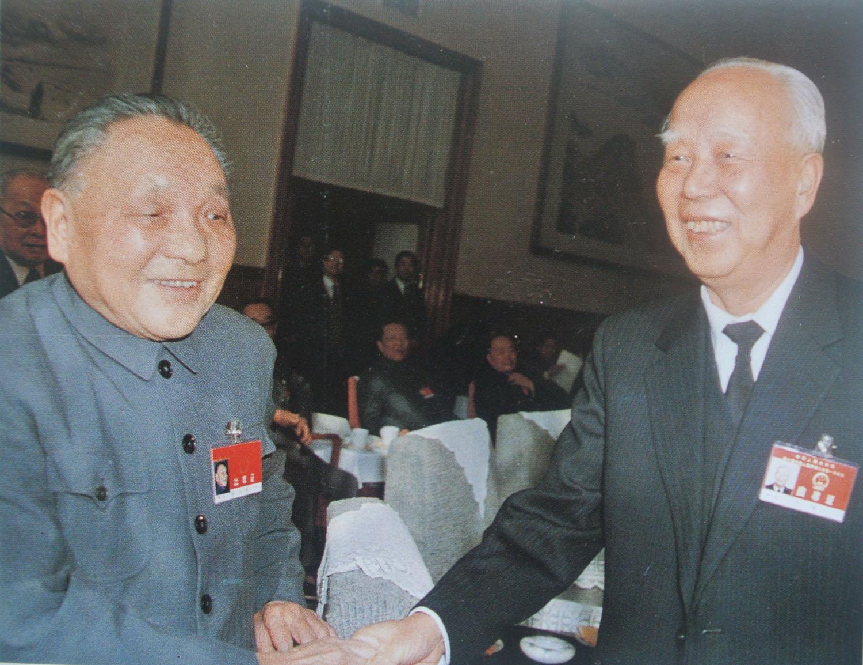 1988年3月25日邓小平与万里在七届全国人大一次会议上.jpg