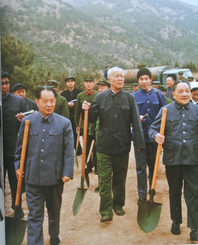 1983年3月,邓小平、胡耀邦、万里等到十三陵参加植树劳动。.jpg
