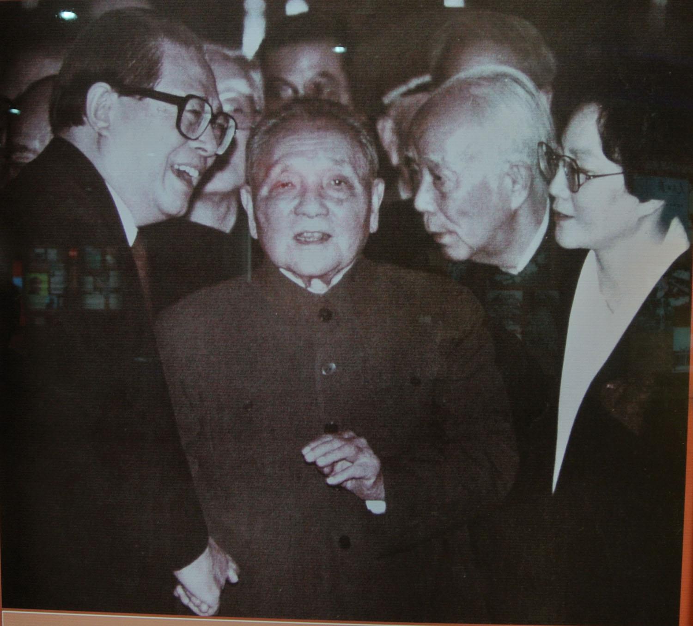 1992年10月19日邓小平与江泽民、万里在中共十四大.jpg