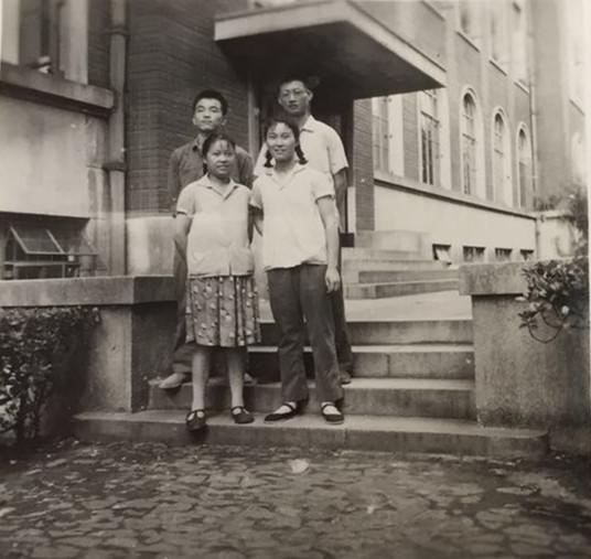 张懋贞和她的同学在二医大.jpg
