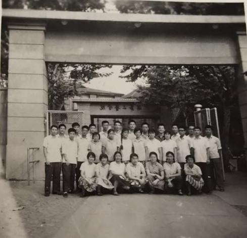 张懋贞与她的同学们在二医大校门口.jpg