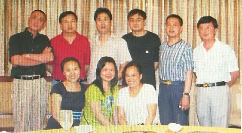 从美国回来的王琰(前排中),已经是两个孩子的妈妈了.jpg