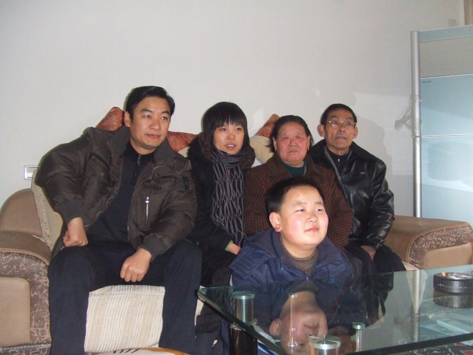 全家福-右为烈士父母.JPG