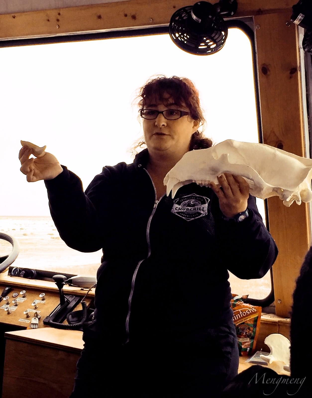 向导Angel拿着北极熊头骨模型做讲解.jpg