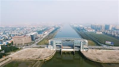 2004年新建的金汇港杭州湾水闸全景:.jpg
