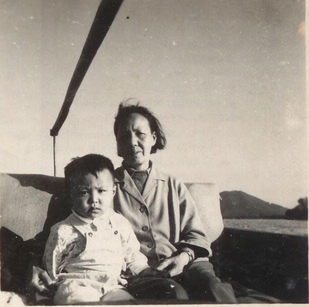 叶周幼年与姨婆在一起.jpg