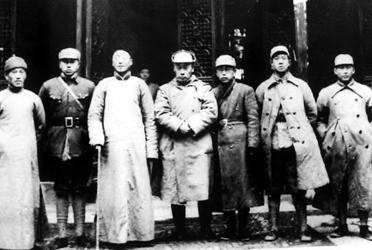 1939年4月,陈毅(左四)与黄源(左五)在丹阳接见当地爱国抗日乡绅.jpg