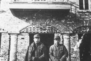 1946年冬,黄源(右)与苏皖边区政府主席李一氓在淮阴.jpg