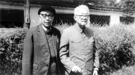 1984年10月,黄源与巴金在绍兴百草园.jpg