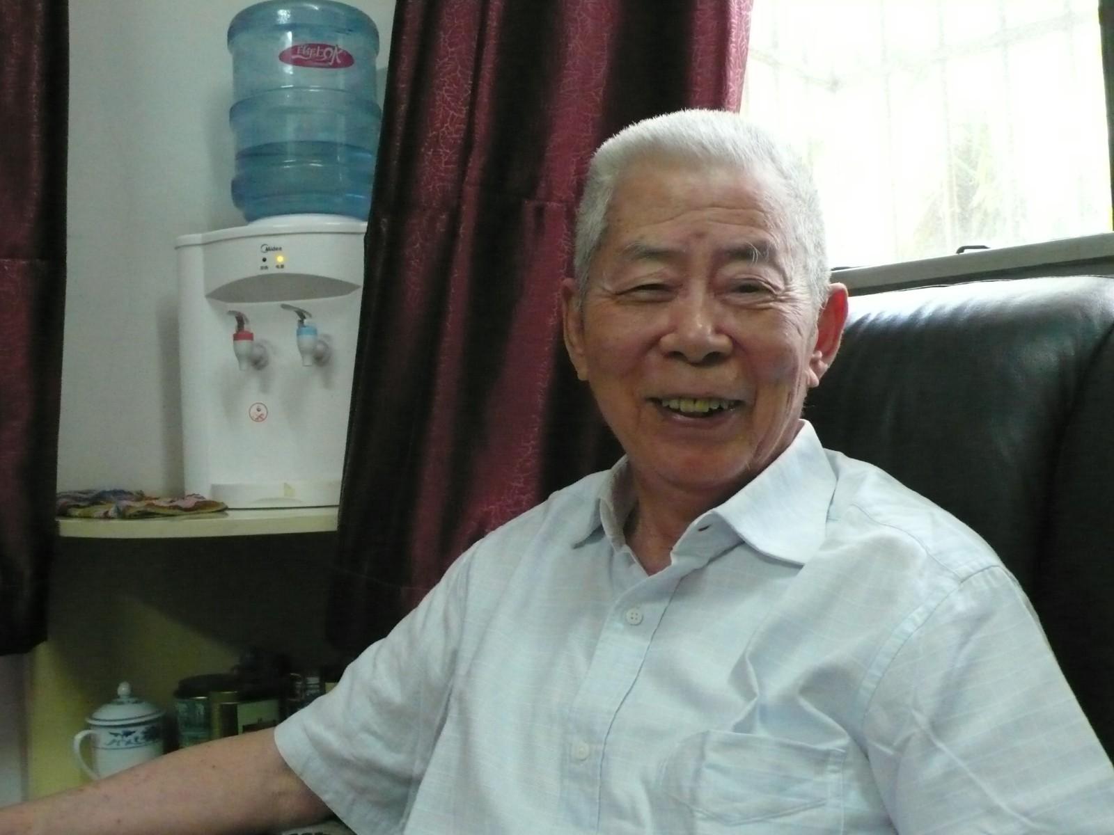 巢峰办公室留影2(信芳摄).JPG