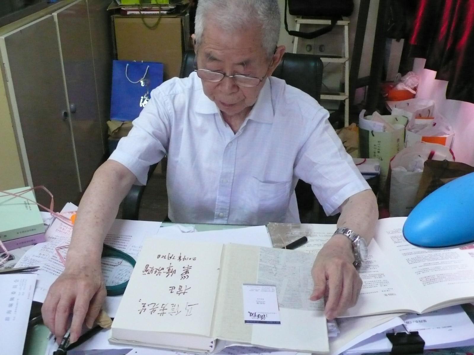 巢峰为笔者赠书题签.JPG